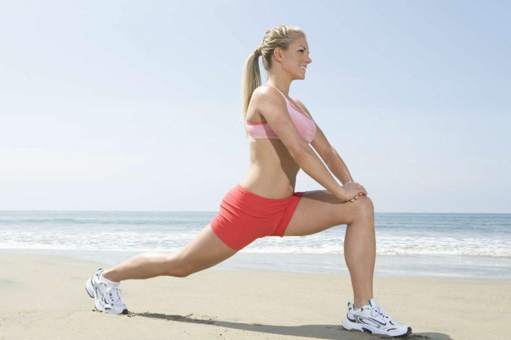 žena vežba na plaži