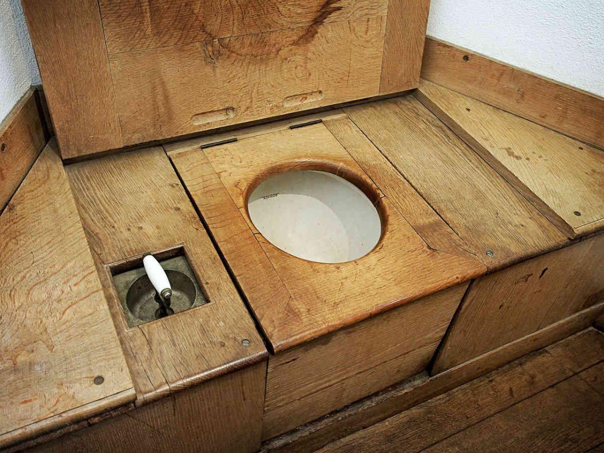 drveni toalet