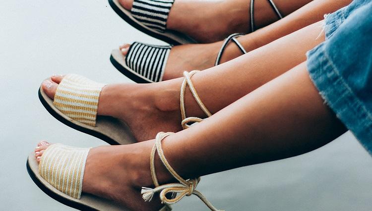 sandale na nogama